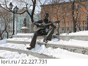 Купить «Бронзовая скульптура Владимира Высоцкого, Владивосток», эксклюзивное фото № 22227731, снято 9 февраля 2016 г. (c) Алексей Гусев / Фотобанк Лори