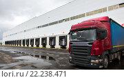 Купить «Грузовик на разгрузке на складском терминале», фото № 22238471, снято 5 сентября 2015 г. (c) Игорь Малеев / Фотобанк Лори