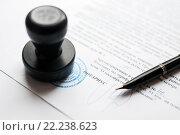 Купить «Подписывание нотариально заверенного договора», эксклюзивное фото № 22238623, снято 17 марта 2016 г. (c) Игорь Низов / Фотобанк Лори