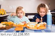 Купить «Kids eating pastry indoors», фото № 22238951, снято 14 декабря 2018 г. (c) Яков Филимонов / Фотобанк Лори