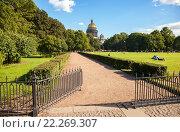 Купить «Металлическая ограда на лужайке возле Исаакиевского собора в Санкт-Петербурге», фото № 22269307, снято 5 августа 2015 г. (c) FotograFF / Фотобанк Лори