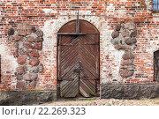 Купить «Старая деревянная дверь в средневековой крепости», фото № 22269323, снято 9 декабря 2019 г. (c) FotograFF / Фотобанк Лори