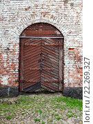 Купить «Старая деревянная дверь в средневековой крепости», фото № 22269327, снято 9 декабря 2019 г. (c) FotograFF / Фотобанк Лори
