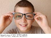 Мальчик и очки. Стоковое фото, фотограф Коновалова Марина / Фотобанк Лори
