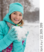 Купить «Portrait of young happy pretty woman with snow in palms», фото № 22309399, снято 28 ноября 2014 г. (c) Валуа Виталий / Фотобанк Лори