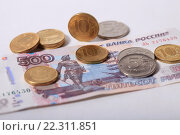 Купить «Купюра 500 рублей и монеты», эксклюзивное фото № 22311851, снято 21 марта 2016 г. (c) Яна Королёва / Фотобанк Лори