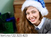 Купить «Портрет веселой девушки в колпаке Санты», фото № 22323423, снято 28 декабря 2014 г. (c) Ирина Мойсеева / Фотобанк Лори