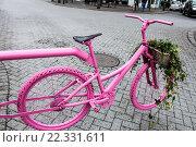 Декоративный розовый велосипед в Рейкьявике, Исландия (2014 год). Стоковое фото, фотограф Евгения Теленная / Фотобанк Лори