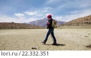 Купить «Женщина путешественник гуляет в районе сухого горного озера», видеоролик № 22332351, снято 2 января 2016 г. (c) Андрей Армягов / Фотобанк Лори