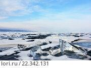 Купить «Замерзшее озеро с кочками снега и льда», фото № 22342131, снято 6 марта 2016 г. (c) Стивен Жингель / Фотобанк Лори