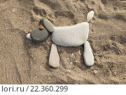 Купить «Изображение собаки, выложенное из гальки на песке», эксклюзивное фото № 22360299, снято 5 октября 2014 г. (c) Dmitry29 / Фотобанк Лори