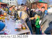 Купить «Священник кропит прихожан святой водой в канун Пасхи», эксклюзивное фото № 22362039, снято 11 апреля 2015 г. (c) Алёшина Оксана / Фотобанк Лори