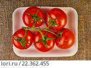 Красные помидоры на ветке на белой тарелке и мешковине. Стоковое фото, фотограф Alex Ryabis / Фотобанк Лори