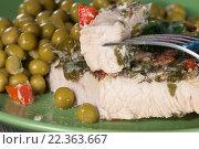Купить «Мясо индейки, запечённое под соусом из йогурта с зеленью», фото № 22363667, снято 24 марта 2016 г. (c) Александр Курлович / Фотобанк Лори