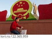 Купить «Китаец едет на велосипеде мимо огромного памятника Мао Цзэдуну в городе Кашгар, Синьцзян-Уйгурский автономный район Китая», фото № 22365959, снято 23 марта 2016 г. (c) Николай Винокуров / Фотобанк Лори