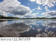 Купить «Летний пейзаж с красивыми облаками и отражением в воде в шхерах Ладожского озера. Залив Найсмери», фото № 22367079, снято 13 августа 2015 г. (c) Горшков Игорь / Фотобанк Лори