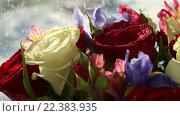 Купить «Красивый букет роз, ирисов и альстремерии», видеоролик № 22383935, снято 10 февраля 2016 г. (c) Юлия Машкова / Фотобанк Лори
