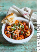 Традиционное блюдо средиземноморской кухни с жареными помидорами черри, креветками, соленым сыром и петрушкой. Стоковое фото, фотограф Анна Курзаева / Фотобанк Лори