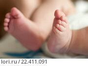 Купить «Ножки новорожденного малыша  Фокус на пальчиках ноги», эксклюзивное фото № 22411091, снято 6 мая 2015 г. (c) Игорь Низов / Фотобанк Лори