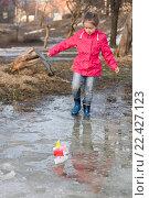 Купить «Симпатичная маленькая девочка пускает кораблики в весеннем парке, малая глубина резкости», фото № 22427123, снято 29 марта 2016 г. (c) Лариса Капусткина / Фотобанк Лори