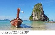 Купить «Длинная лодка на тропическом пляже, Таиланд», видеоролик № 22452391, снято 30 марта 2016 г. (c) Михаил Коханчиков / Фотобанк Лори