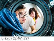 Купить «Молодая пара загружает одежду в стиральную машину», фото № 22461727, снято 15 ноября 2018 г. (c) Кузнецов Дмитрий / Фотобанк Лори
