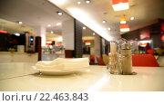 Купить «Перец и салфетки на столе в кафе», видеоролик № 22463843, снято 28 марта 2016 г. (c) Володина Ольга / Фотобанк Лори