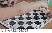 Купить «Дети играют в шашки», видеоролик № 22464755, снято 24 января 2016 г. (c) Aleksey Popov / Фотобанк Лори