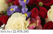 Купить «Букет из роз, ирисов и альстромерий», видеоролик № 22478243, снято 10 февраля 2016 г. (c) Юлия Машкова / Фотобанк Лори