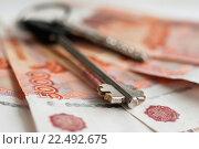 Купить «Покупка недвижимости. Ключи от квартиры лежат на российских деньгах. Крупный план», эксклюзивное фото № 22492675, снято 4 апреля 2016 г. (c) Игорь Низов / Фотобанк Лори