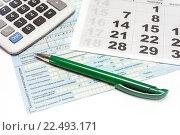 Купить «Больничный лист, календарь, калькулятор и ручка. Расчет пособия по нетрудоспособности», эксклюзивное фото № 22493171, снято 5 апреля 2016 г. (c) Наталья Осипова / Фотобанк Лори