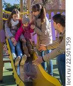 Купить «Родители и две дочери на площадке», фото № 22501759, снято 20 февраля 2016 г. (c) Татьяна Яцевич / Фотобанк Лори