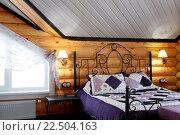 Спальня в загородном деревянном особняке. Стоковое фото, фотограф Tanya Ischenko / Фотобанк Лори