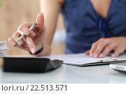 Купить «Женщина считает на калькуляторе», фото № 22513571, снято 14 августа 2015 г. (c) Людмила Дутко / Фотобанк Лори
