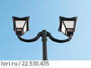 Купить «Красивый уличный фонарь на фоне голубого неба днём», эксклюзивное фото № 22530435, снято 4 апреля 2016 г. (c) Игорь Низов / Фотобанк Лори