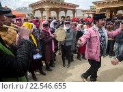 Люди празднуют весенний праздник Навруз на фестивале в поселке Ташкурган Таджикского автономного уезда в Синьцзяне, Китай (2016 год). Редакционное фото, фотограф Николай Винокуров / Фотобанк Лори