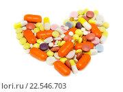 Купить «Много таблеток в виде сердца на белом фоне», фото № 22546703, снято 10 апреля 2016 г. (c) Наталья Осипова / Фотобанк Лори