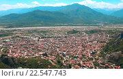 Купить «Вид на большой город расположенный в гороной долине. Греция, Каламбака.», видеоролик № 22547743, снято 16 марта 2016 г. (c) Андрей Липинский / Фотобанк Лори