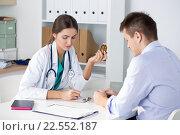 Женщина врач выписывает рецепт для пациента. Стоковое фото, фотограф Людмила Дутко / Фотобанк Лори