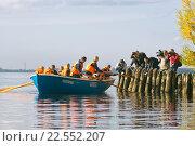 Молодой помор (зуёк) первый раз отправляется в море (2013 год). Редакционное фото, фотограф Олег Велигданов / Фотобанк Лори