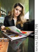 Портрет женщины внимательно читающей меню в кафе на веранде, фото № 22552795, снято 5 сентября 2015 г. (c) Эдуард Паравян / Фотобанк Лори