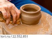 Купить «Ребенок лепит из глины горшок на гончарном круге», фото № 22552851, снято 9 апреля 2016 г. (c) Николай Винокуров / Фотобанк Лори