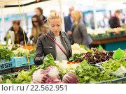Девушка покупает овощи на местном продовольственном рынке. Стоковое фото, фотограф Matej Kastelic / Фотобанк Лори