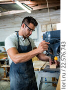 Carpenter using a drill. Стоковое фото, агентство Wavebreak Media / Фотобанк Лори
