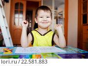 Купить «Маленький мальчик рисует сидя за столом, дошкольное обучение на дому», фото № 22581883, снято 2 января 2016 г. (c) Евгений Майнагашев / Фотобанк Лори