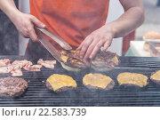 Купить «Повар готовит гамбургеры», фото № 22583739, снято 6 июля 2020 г. (c) Matej Kastelic / Фотобанк Лори