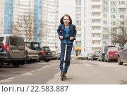 Купить «Девочка катается на самокате», фото № 22583887, снято 9 апреля 2016 г. (c) Олег Шеломенцев / Фотобанк Лори