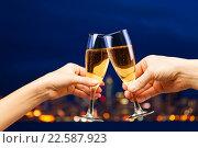Мужская и женская руки с бокалами шампанского. Стоковое фото, фотограф Сергей Новиков / Фотобанк Лори