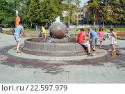Купить «Дети играют у фонтана на Центральной площади в городе Дрезна Московской области», эксклюзивное фото № 22597979, снято 7 августа 2015 г. (c) stargal / Фотобанк Лори
