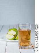 Купить «Стакан яблочного сока и яблоки», фото № 22605023, снято 10 апреля 2016 г. (c) Иван Карпов / Фотобанк Лори